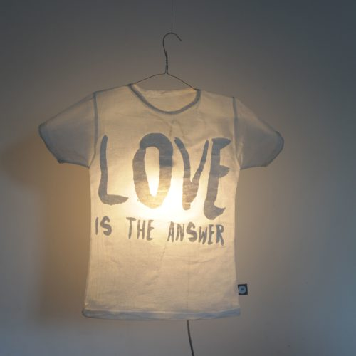 "T-Shirt Lampe ""Love is the Answer"" 1"